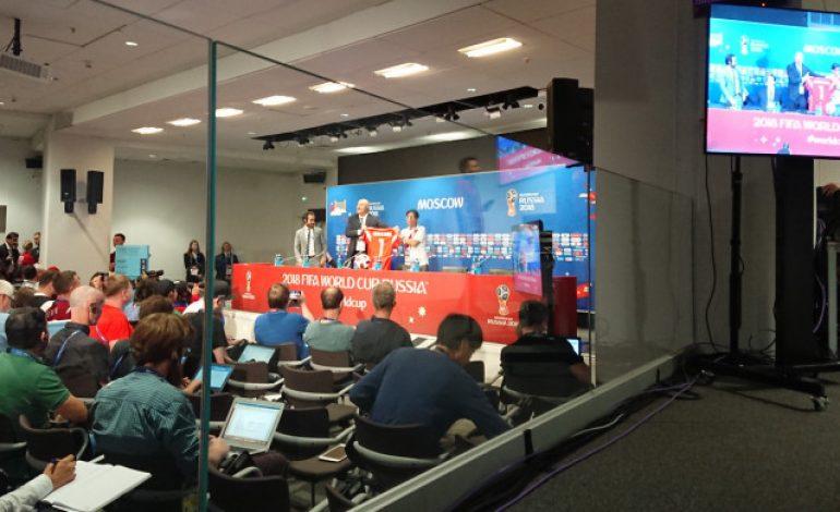 Pelatih Rusia Hadiahkan Jersey kepada Jurnalis Peru di Konpers