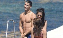 Menguak Misteri Wanita Berbikini di Atas Kapal Pesiar Ronaldo