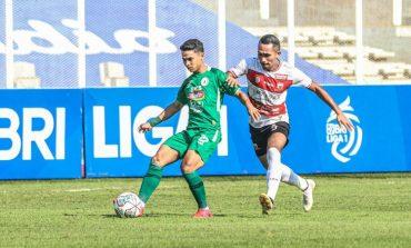 HT Madura United Vs PSS - Diwarnai Insiden Benturan Keras, Skor Masih Kacamata