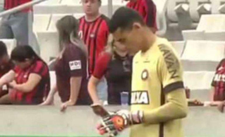 Pemain Ini Sibuk Main Handphone saat Pertandingan