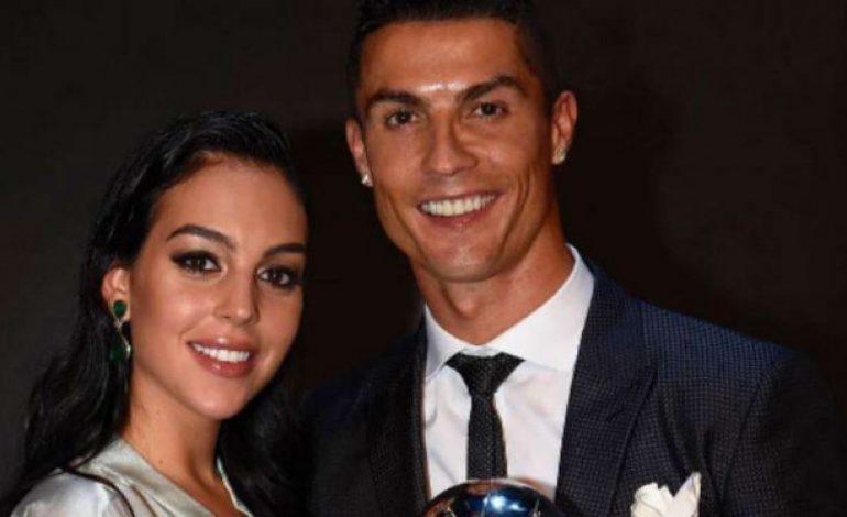 Setelah Belahan Dada, Kekasih Ronaldo Pamer Cincin Tunangan