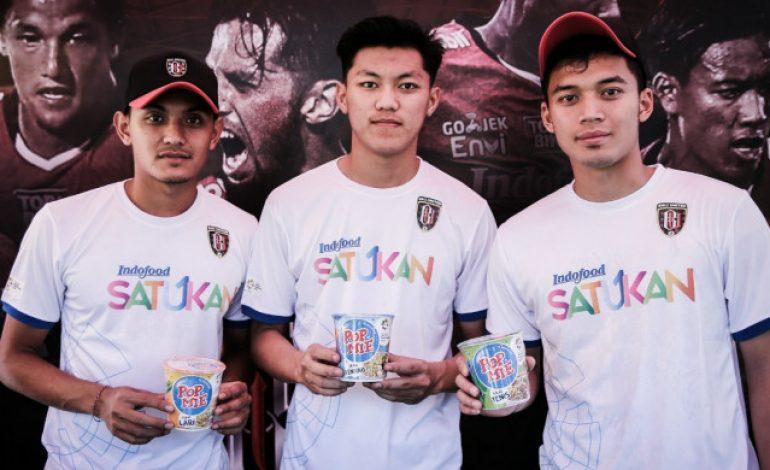 Meriahkan Torch Relay, Pemain Bali United Perkenalkan Pop Mie Edisi Khusus Asian Games