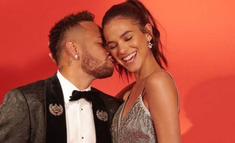 Bersama Sang Kekasih, Neymar Nikmati Kencan di Depan Menara Eiffel